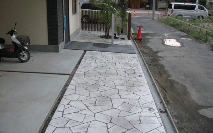 グレー色の陰影が印象的なスタンプコンクリート施工事例