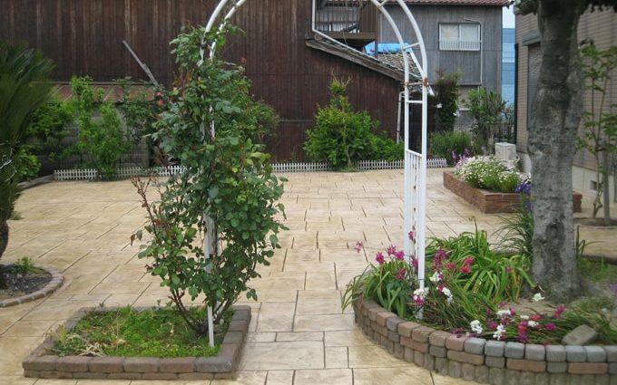 中庭の維持が簡単なスタンプコンクリート施工事例
