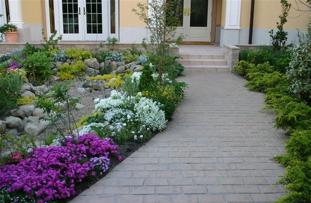 植栽が美しいアプローチへのスタンプコンクリート施工事例