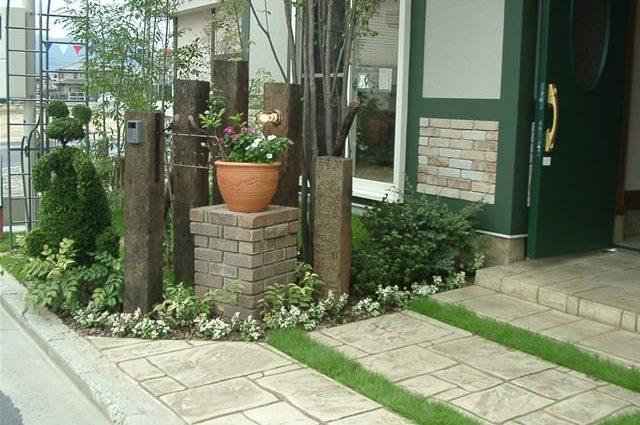 植栽あふれるアプローチへのスタンプコンクリート施工事例