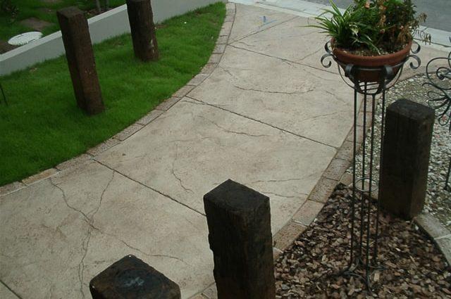 自然石のような仕上がりのスタンプコンクリート施工事例