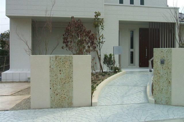 スロープ状のアプローチへのスタンプコンクリート施工事例