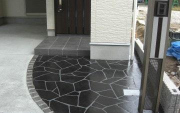 玄関アプローチへのスタンプコンクリート施工事例
